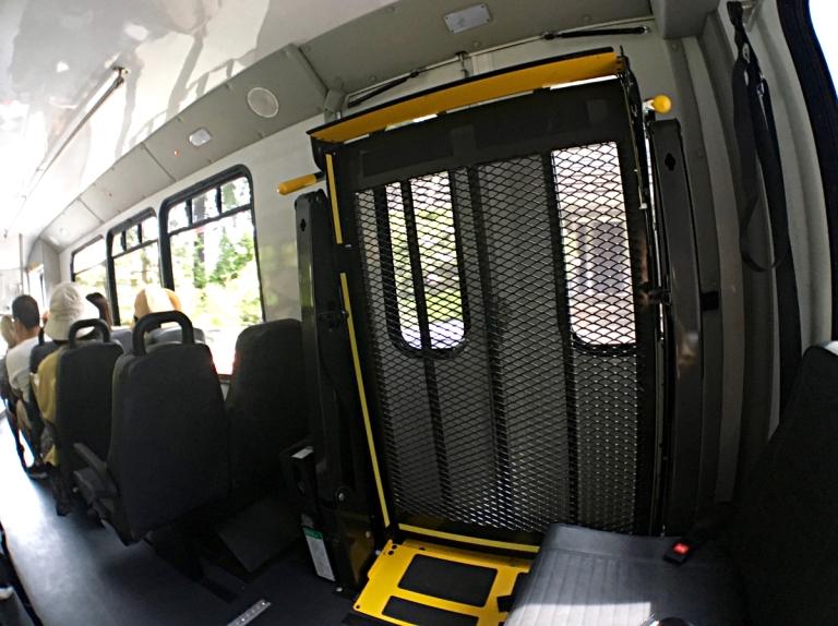 ポートランドのワシントンパーク無料シャトルバスの車内後部座席付近