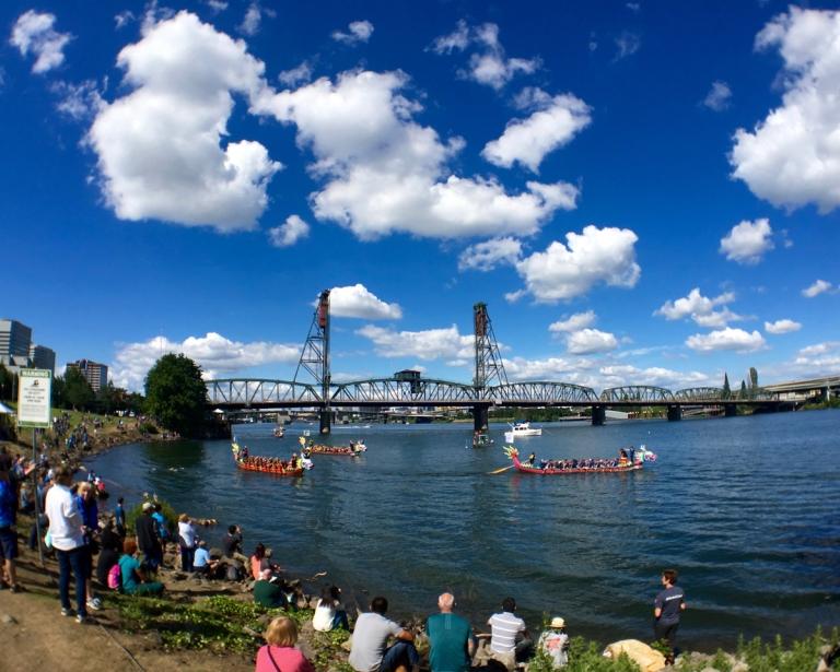 ポートランドにあるトム マッコール ウォーターフロント パークの景色とドラゴンボートレース