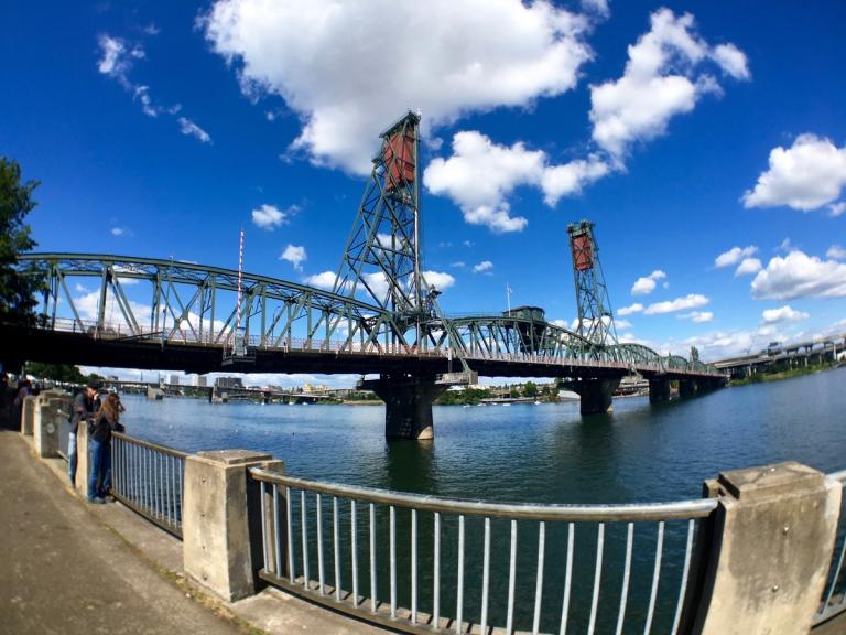 ポートランドにあるトム マッコール ウォーターフロント パークとホーソーン橋