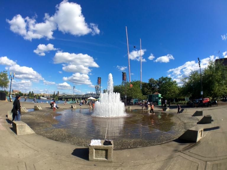 ポートランドにあるトムマッコールウォーターフロントパークにあるサーモン・ストリート・スプリングス噴水で水遊び