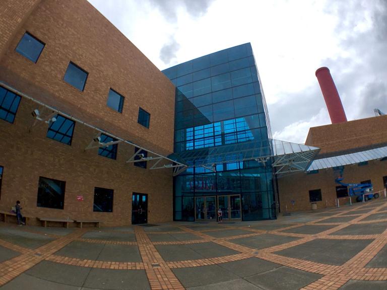 ポートランドにあるオレゴン科学産業博物館(OMSI)入り口付近
