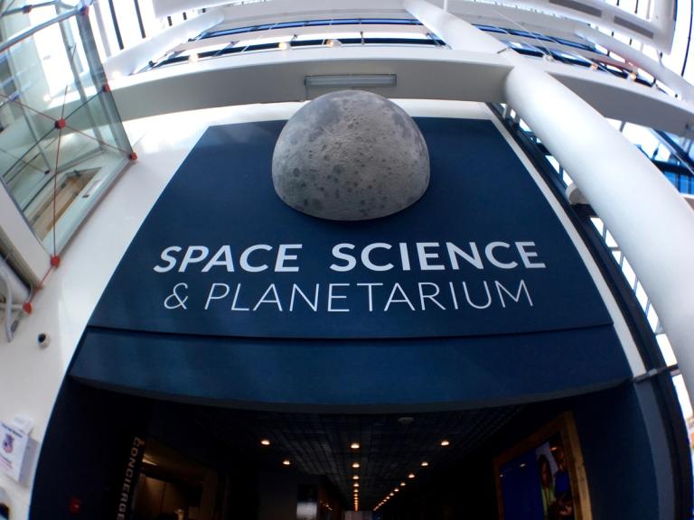 ポートランドにあるオレゴン科学産業博物館(OMSI)にあるプラネタリウム付近
