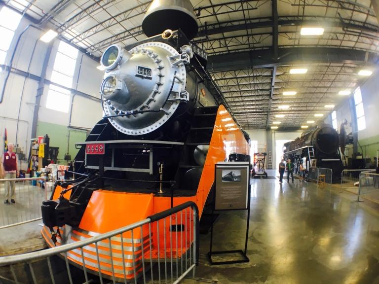 ポートランドにあるオレゴン レイル ヘリテイジ センター(ORHF)に展示されている機関車