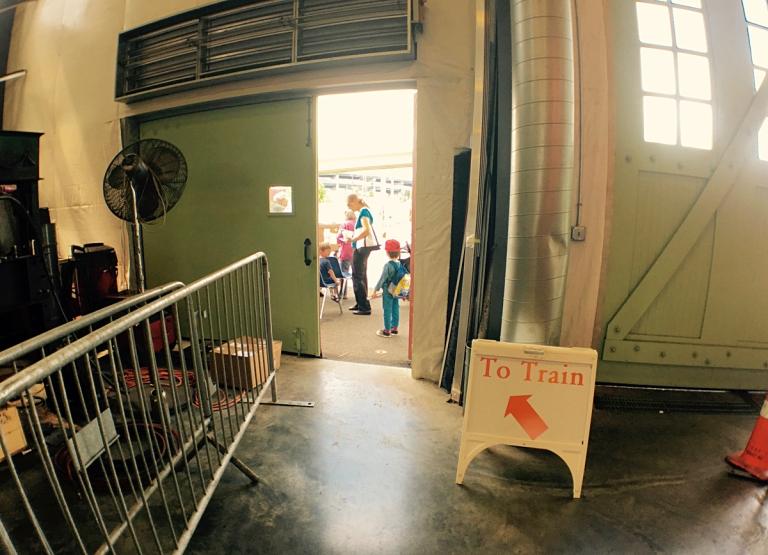 ポートランドにあるオレゴン レイル ヘリテイジ センター(ORHF)で子供と本物のディーゼル機関車に乗る入り口付近