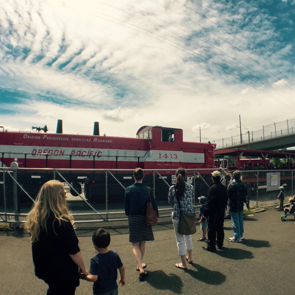 ポートランドにあるオレゴン レイル ヘリテイジ センター(ORHF)で子供と本物のディーゼル機関車に乗る