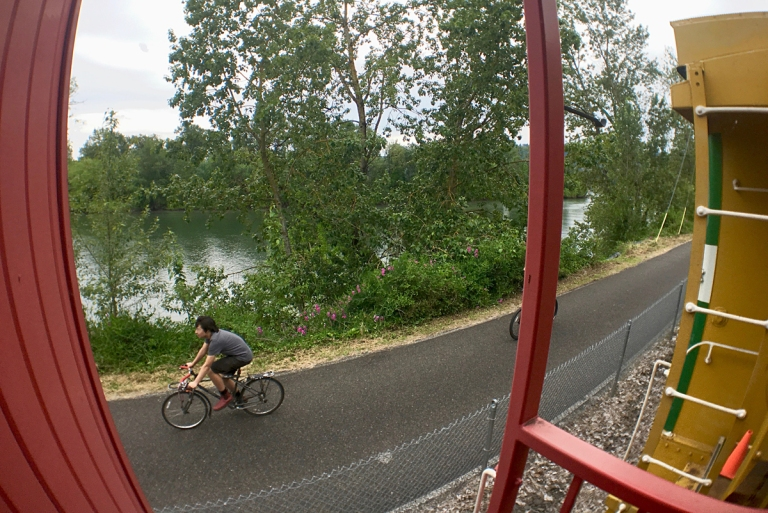 ポートランドにあるオレゴン レイル ヘリテイジ センター(ORHF)でディーゼル機関車に乗ったときの景色