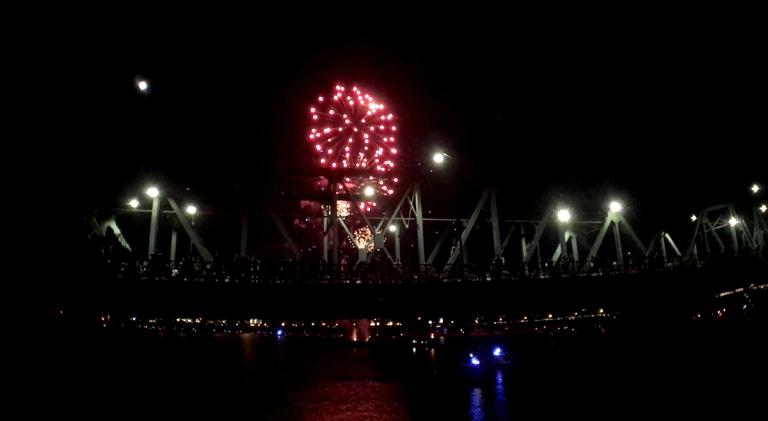 ポートランドのウィラメット川沿いで行われる独立記念日花火