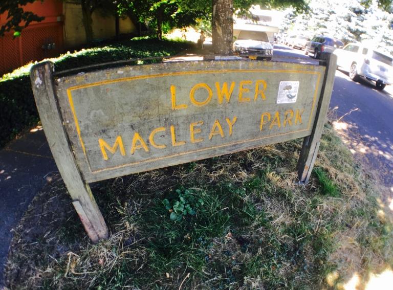 ローワー・マクレイ・パーク入り口付近の看板