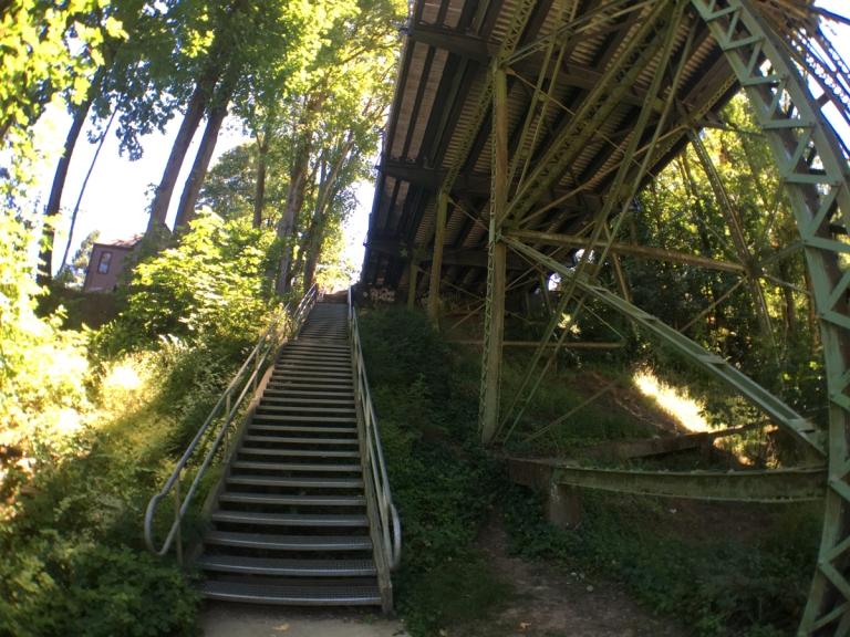 ローワー・マクレイ・パークにかかる橋へあがる階段