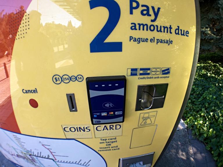 ポートランドのMAXライトレール駅内にある券売機使い方