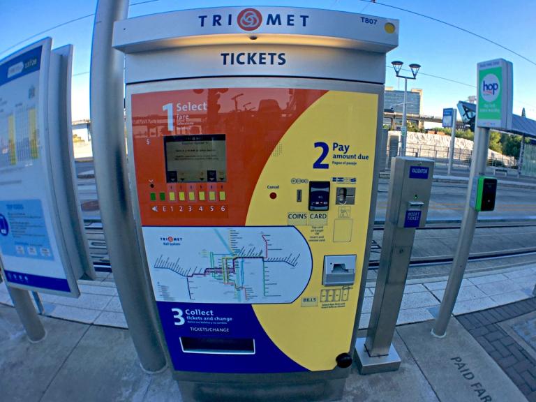 ポートランドのMAXライトレール駅付近の切符販売機、券売機