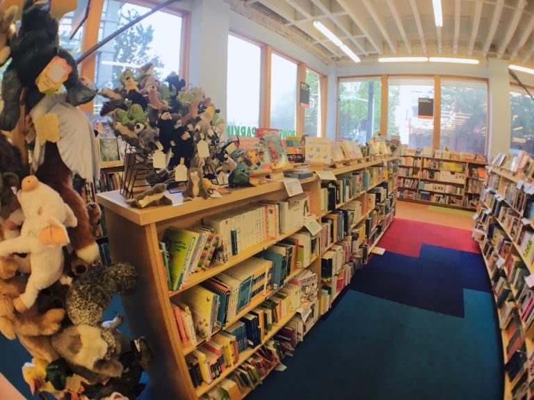 ポートランドのパウエルズ ブックスで子供向け絵本があるローズルーム
