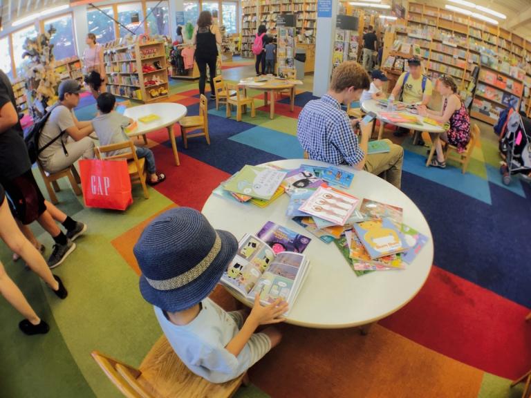 ポートランドのパウエルズ ブックスで子供向け絵本を物色