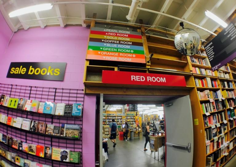 ポートランドのパウエルズ ブックスの店内の部屋を色分けしたサイン