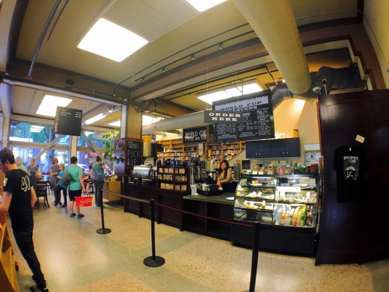 ポートランドのパウエルズ ブックスの店内コーヒールームにあるおいしいカフェ