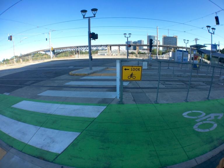 ポートランドにできた新しい橋ティリカムクロッシング付近の交通標識