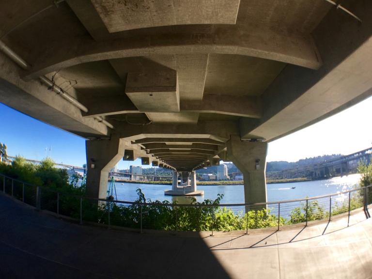 ポートランドにできた新しい橋ティリカムクロッシングを下から見るとこうなる
