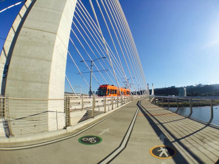 ポートランドにできた新しい橋ティリカムクロッシングとストリートカー