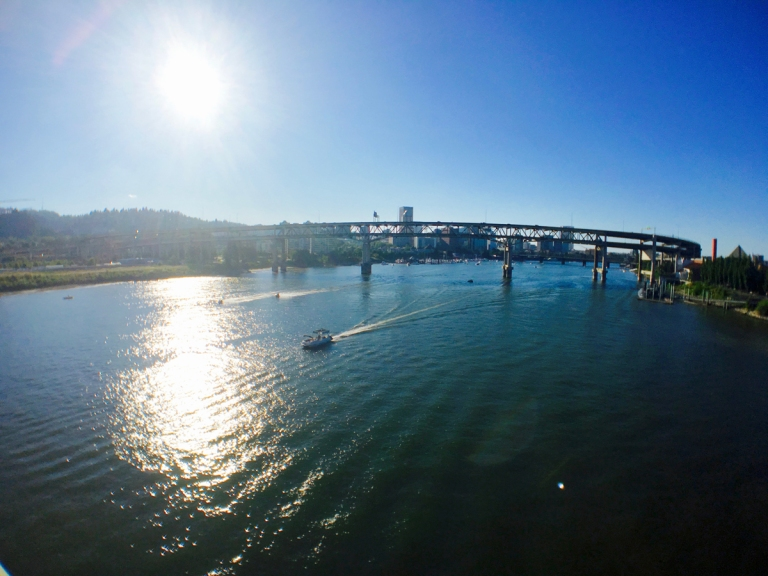 ウィラメット川を優雅にわたるボート