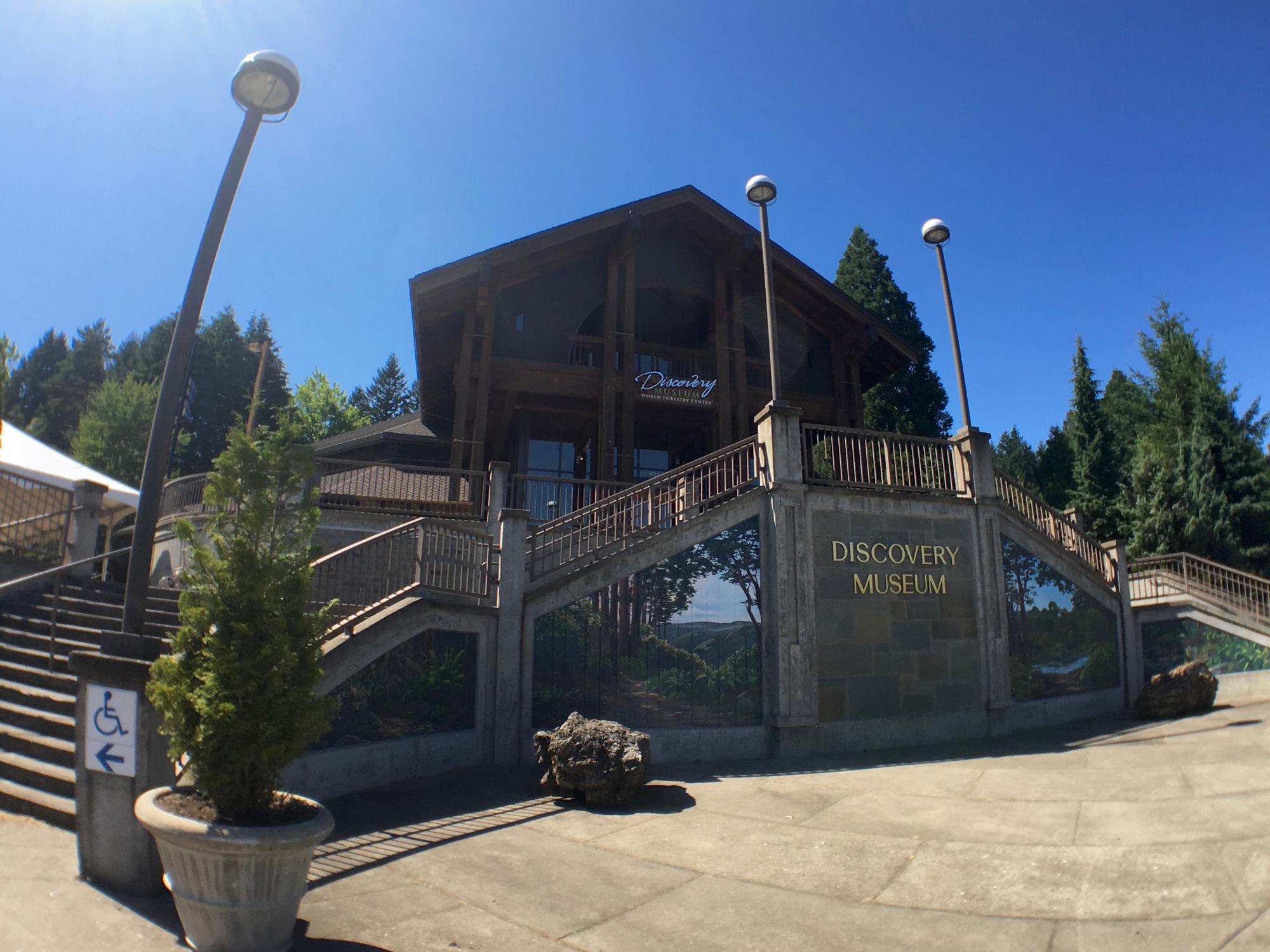 ポートランドのワシントンパークにある世界森林センター(World Forestry Center)入り口階段