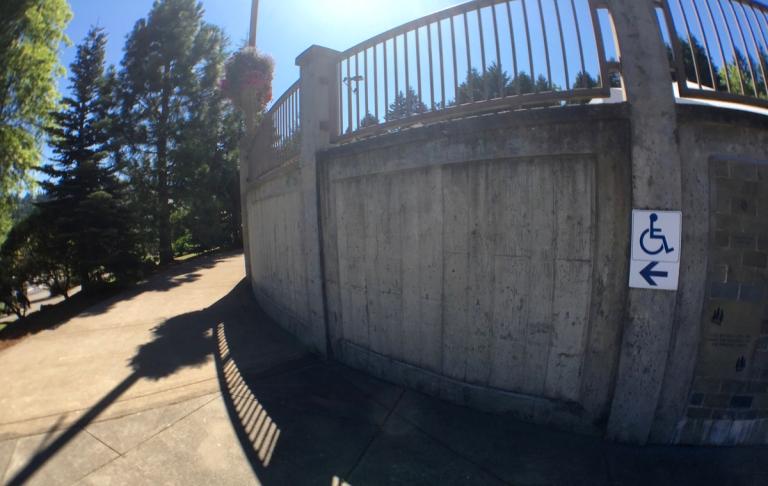 ポートランドのワシントンパークにある世界森林センター(World Forestry Center)入り口へのスロープ