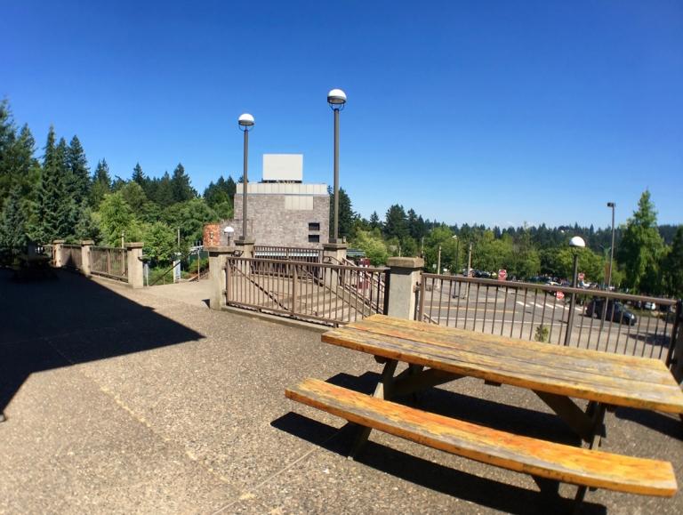 ポートランドのワシントンパークにある世界森林センター(World Forestry Center)入り口階段付近ピクニックテーブル