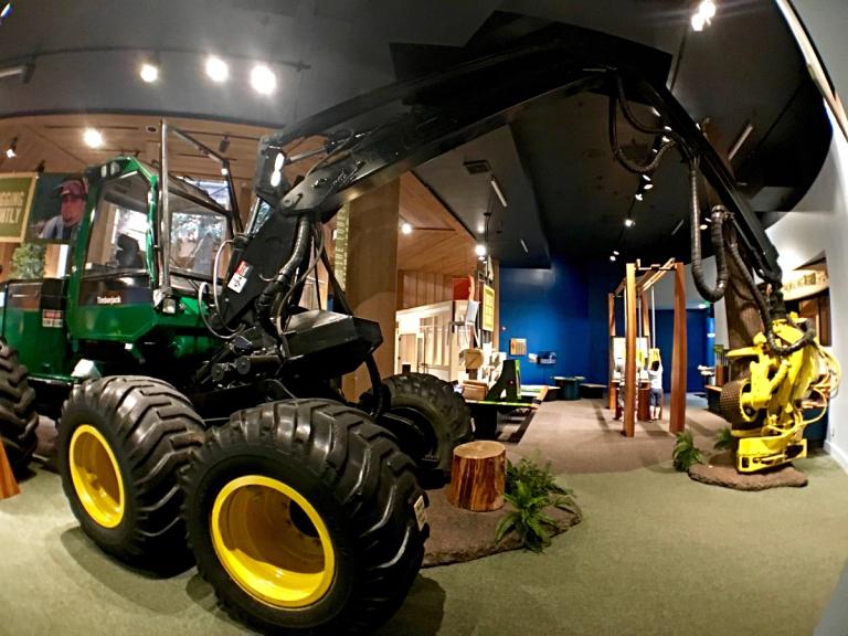 ポートランドのワシントンパークにある世界森林センター(World Forestry Center)で林業について体験学習