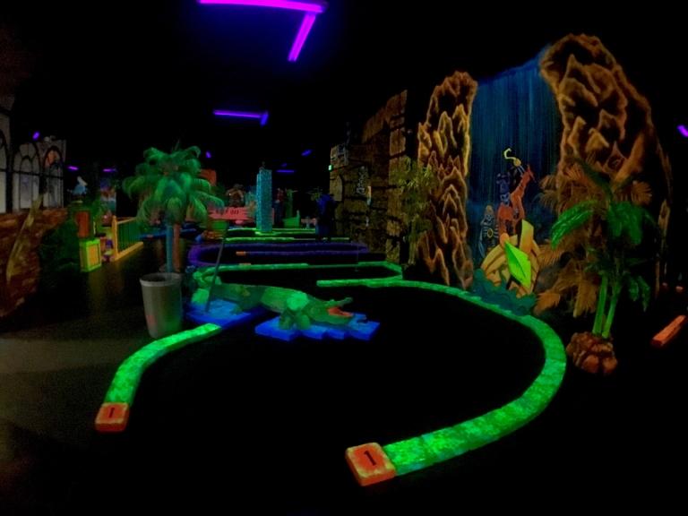ポートランドにある、ブラックライトで光るパターゴルフ、Glowing Greens(グローイング グリーンズ)で遊ぶ