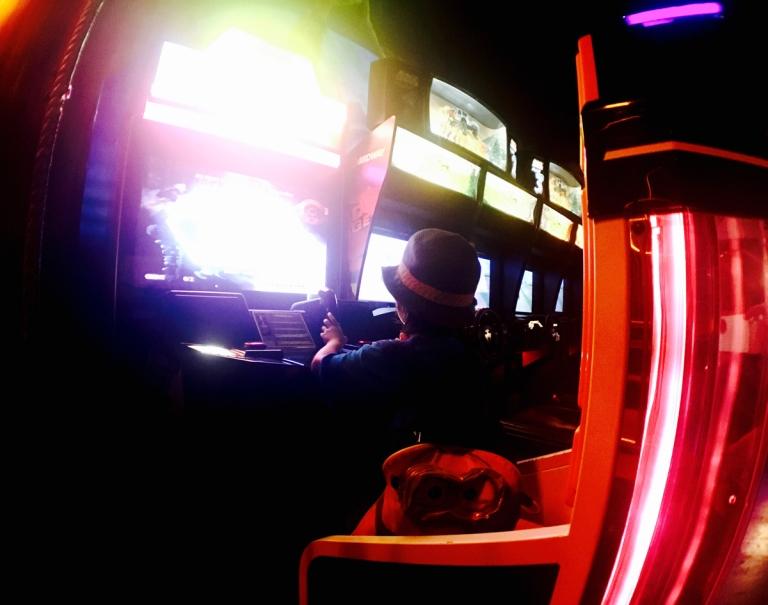 ポートランドにある、ブラックライトで光るパターゴルフ、Glowing Greens(グローイング グリーンズ)のアーケイドゲーム