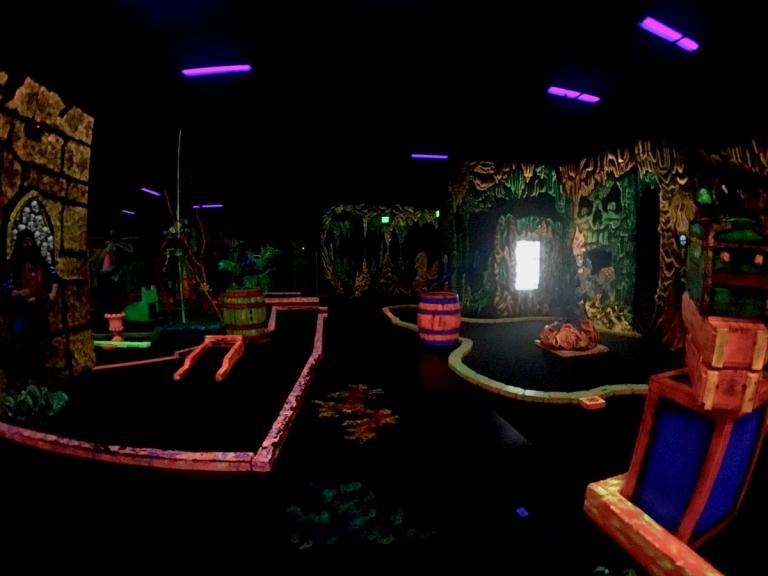ポートランドにある、ブラックライトで光るパターゴルフ、Glowing Greens(グローイング グリーンズ)でミニゴルフ