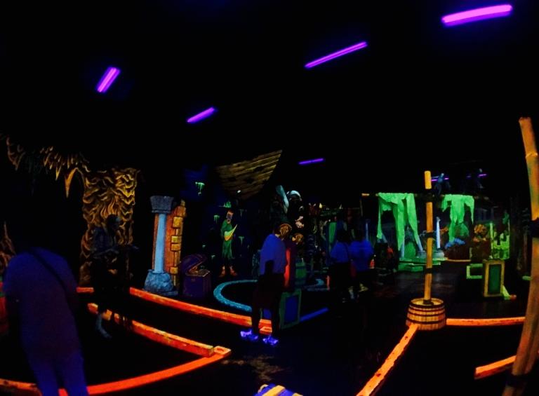 ポートランドにある、ブラックライトで光るパターゴルフ、Glowing Greens(グローイング グリーンズ)でプレイする人たち